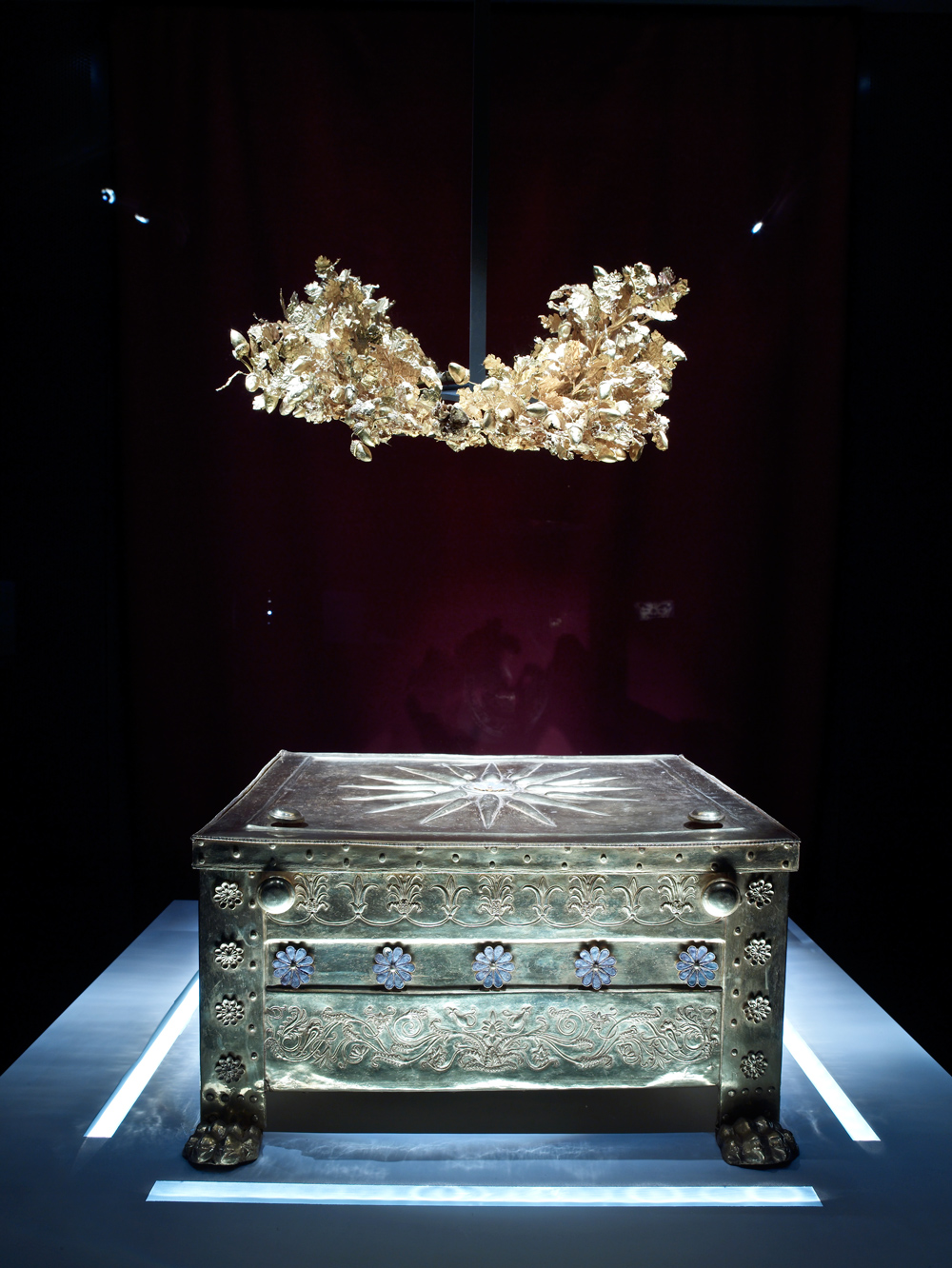 Larnaka and crown - where the bones of the king lay - found in the tomb
